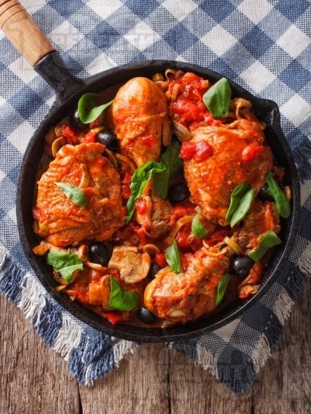 Задушени пилешки бутчета с домати, гъби, маслини, чесън и чушки - снимка на рецептата